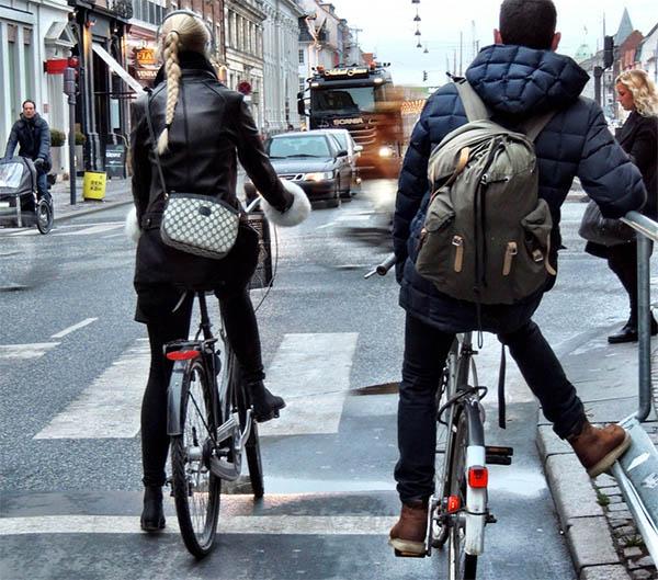 cyclists-waiting
